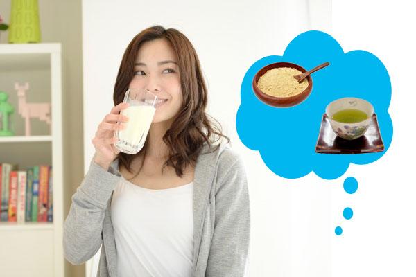 きなこと、玄米茶のイメージを浮かべる、プロテインのグラスを持つ笑顔の女性